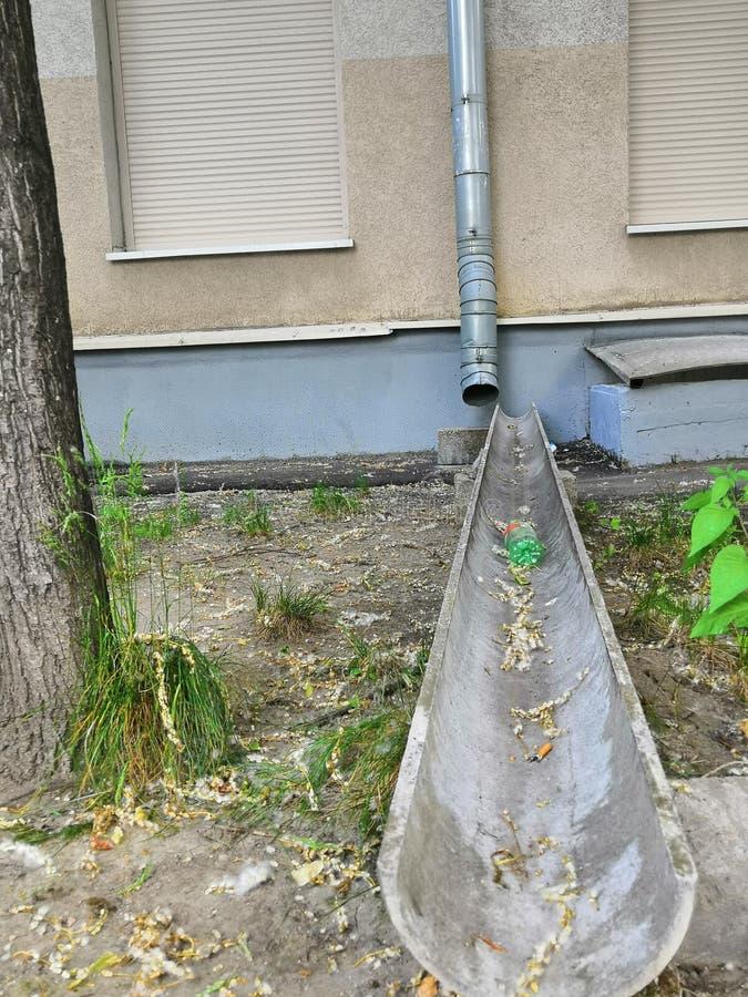Burz drymby od wieżowa brąz i metal barwią Drymby dla deszczówki runoff zdjęcia stock