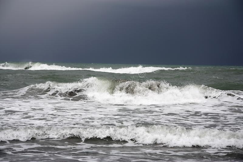 Burz fale rozbija na seashore zdjęcia stock