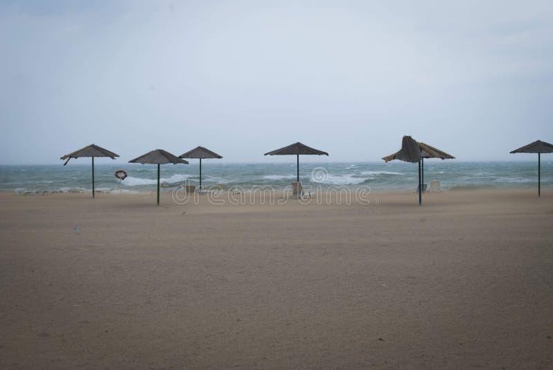 Burza na morzu z thunderclouds Widok na morzu z wiele plażowymi parasolami zdjęcia royalty free