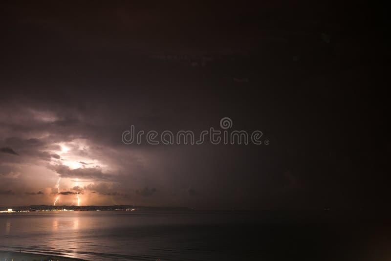 Burza nad morzem, błyskawica bije wodę obraz stock