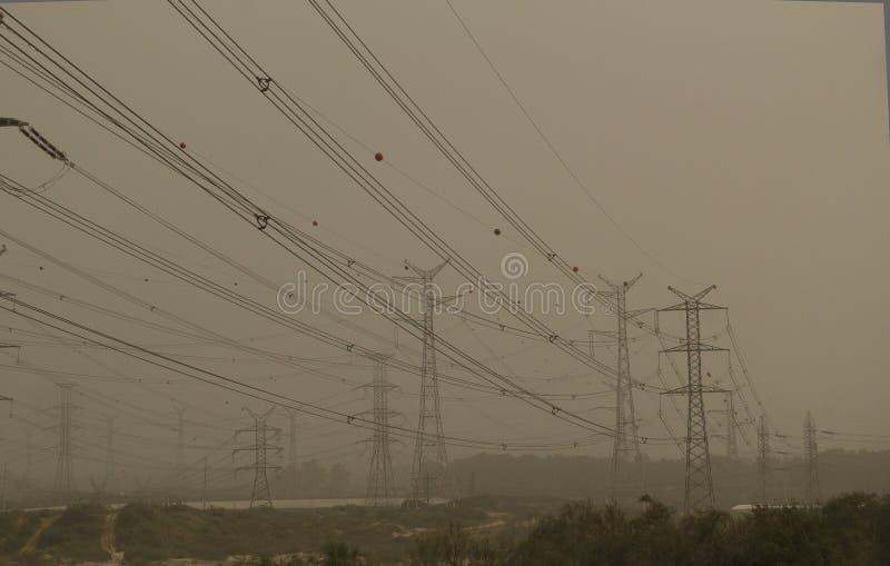 Burza piaskowa w Izrael Linie energetyczne i elektryczność pilony zdjęcia royalty free