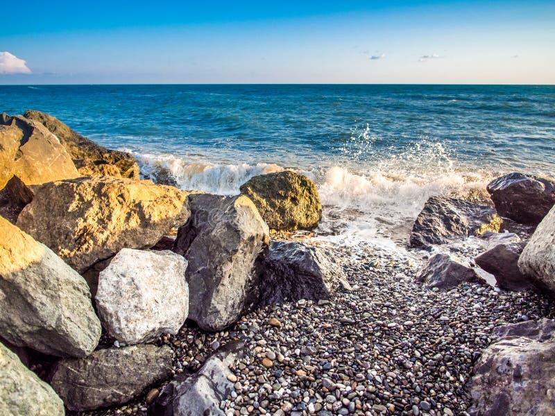 Burza przy skalistą plażą zdjęcia royalty free