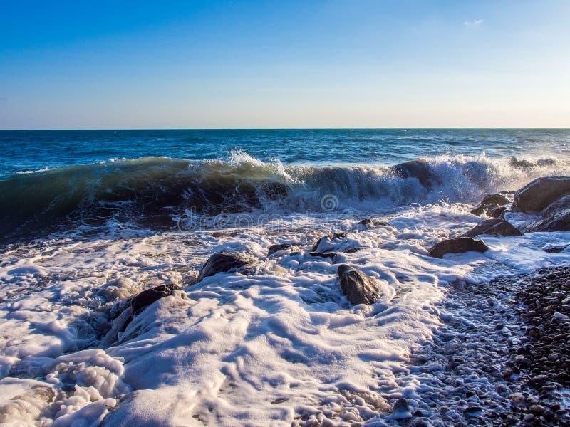 Burza przy skalistą plażą obraz royalty free