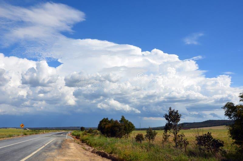 Burza tworzy nad drogą przez wsi obraz stock
