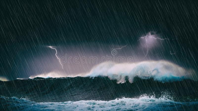 Burza w morzu z falami i błyskawicą zdjęcie royalty free