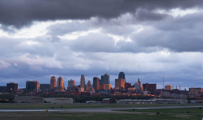 Burza warzy nad Kansas City śródmieściem i miejskim lotniskiem zdjęcia stock