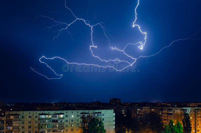 Burza z błyskawicą i grzmotem nad nocy miastem zdjęcie royalty free