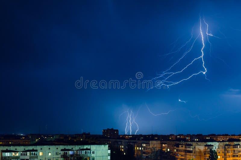 Burza z błyskawicą i grzmotem nad nocy miastem fotografia royalty free