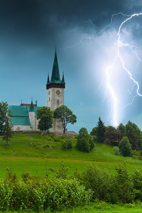 Burza z błyskawicą w starym wioska kościół obraz stock