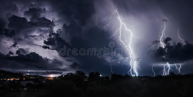 Burza z błyskawicowymi ryglami na Tajlandzkiej wyspie fotografia stock