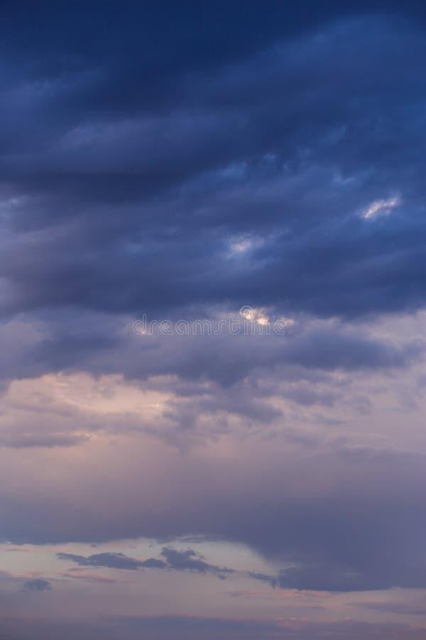 Burza zmrok - błękitny fiołek chmurnieje nieba tła teksturę zdjęcia stock