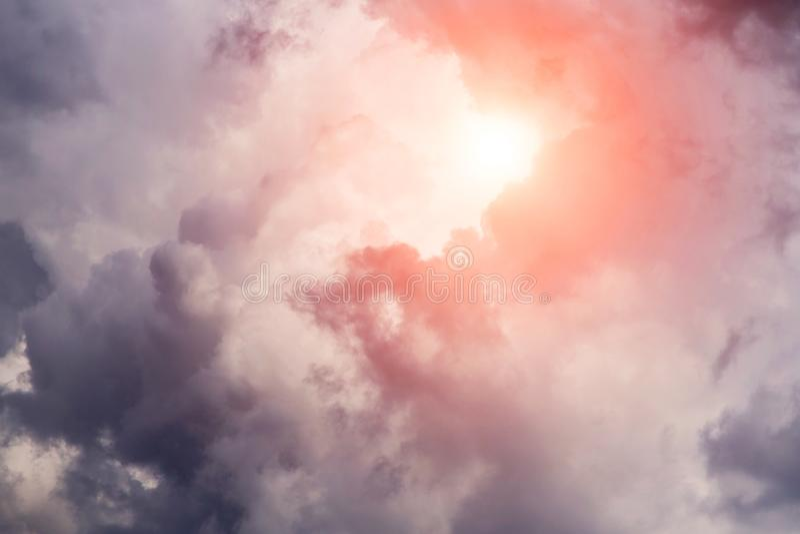 Burza zmrok chmurnieje tło z słońcem i światłem słonecznym Ciemność i światło fotografia stock