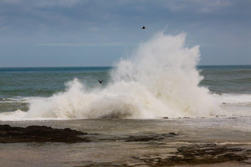 Burzowa Atlantyk brzegowa pobliska sprzedaż, Maroko zdjęcie stock
