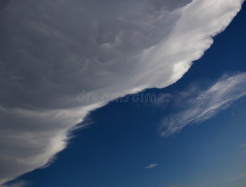 Burzowa chmura w niebieskim niebie zdjęcie royalty free