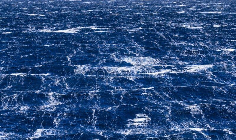 Burzowa morze powierzchnia podczas silnych wiatrów wewnątrz obrazy royalty free