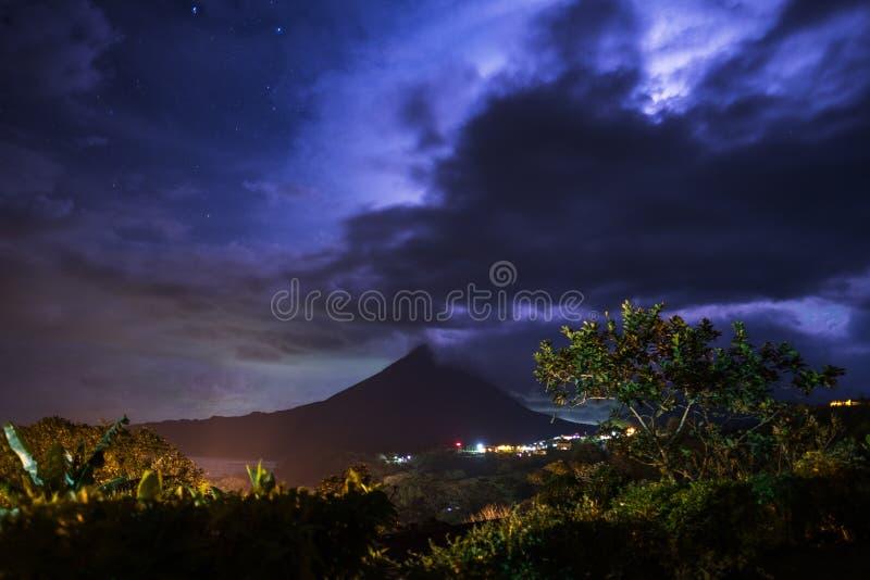 Burzowe chmury nad wulkanem Arenal obraz stock