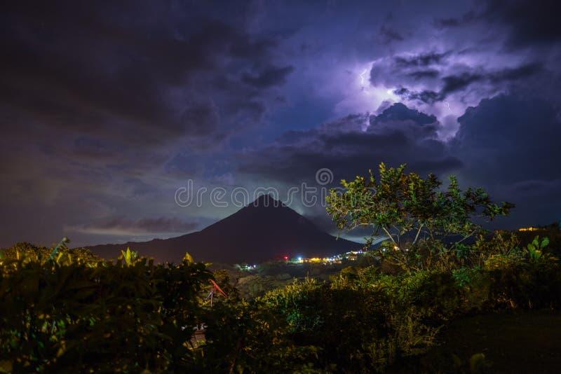 Burzowe chmury nad wulkanem Arenal obrazy royalty free