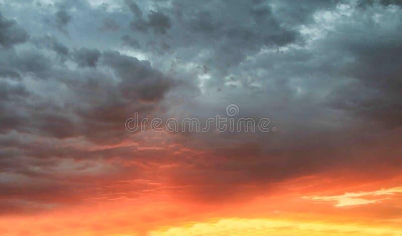 Burzowe chmury z zmierzchu tłem zdjęcie royalty free