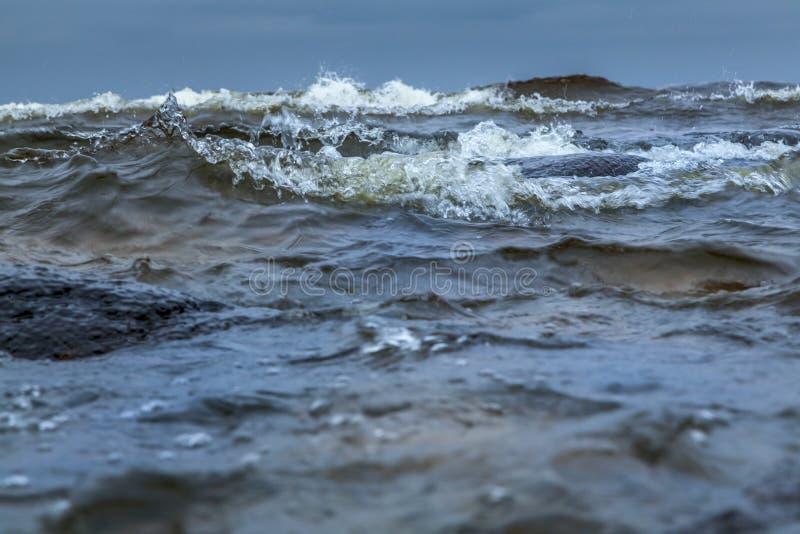 Burzowe fala na Ladoga jeziorze obraz royalty free