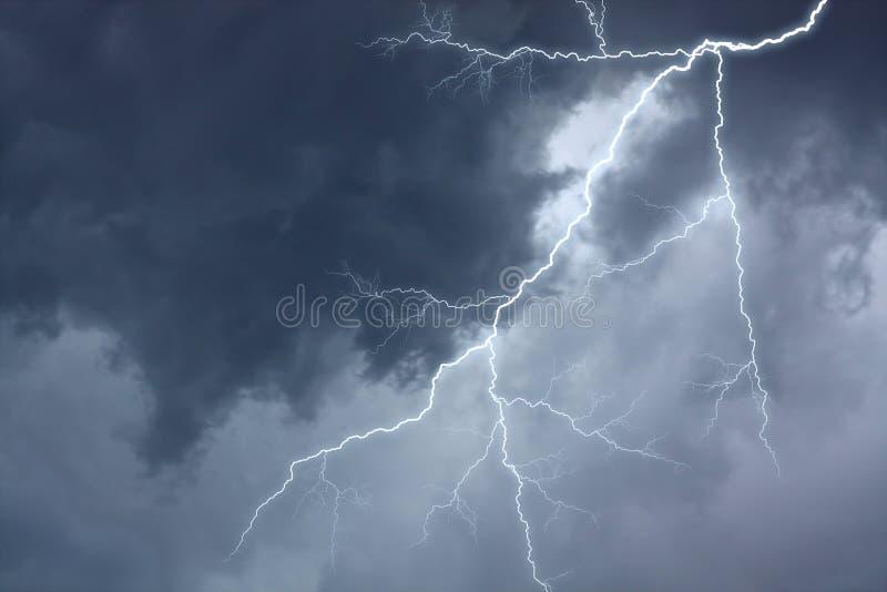 burzowy dramatyczny oświetleniowy niebo zdjęcie stock
