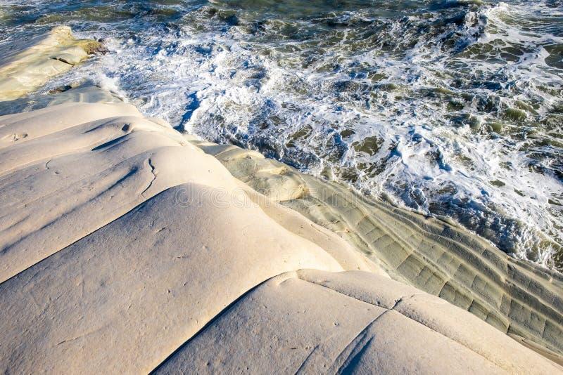 Burzowy morze śródziemnomorskie macha na Scala dei turchi w Sicily zdjęcia stock