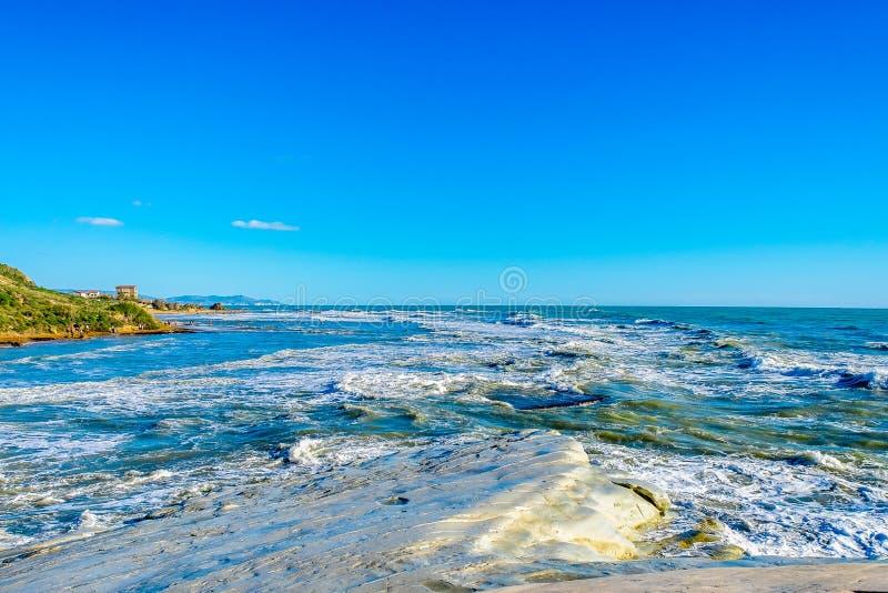 Burzowy morze śródziemnomorskie macha na Scala dei turchi w Sicily obraz royalty free