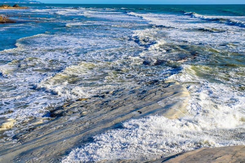 Burzowy morze śródziemnomorskie macha na Scala dei turchi w Sicily obrazy stock