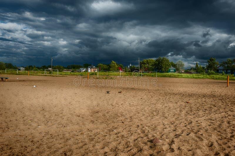 Burzowy niebo i plaża Biały jezioro zdjęcie royalty free