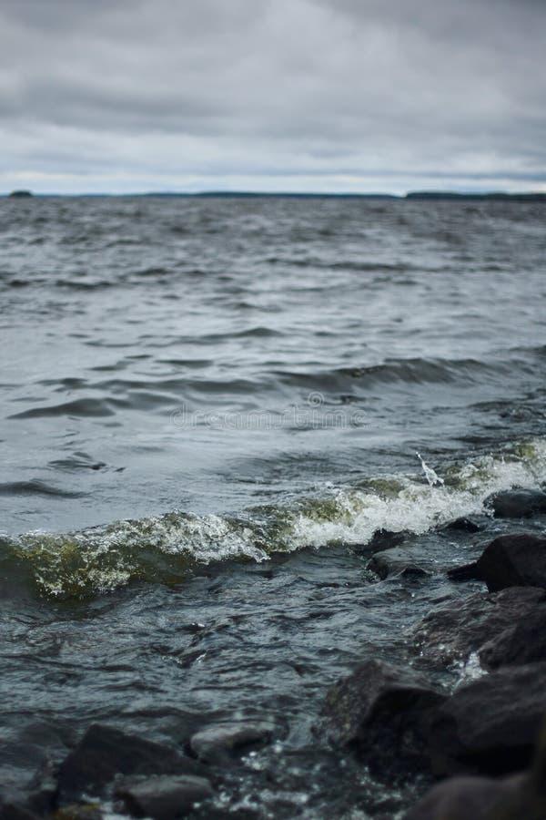 Burzowy niebo nad jeziorem z zmrok wodą lub morzem Dzikiej natury Dramatyczny tło fotografia stock