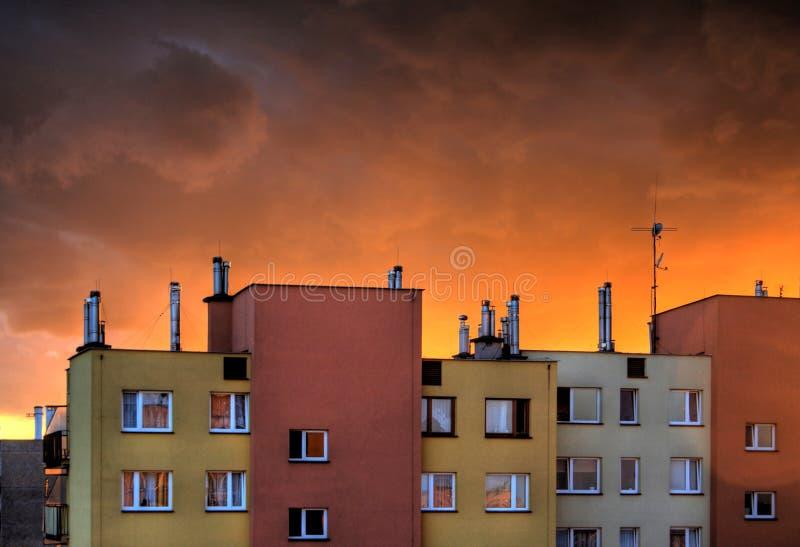 Burzowy niebo z ciężkimi kolorowymi chmurami zdjęcie stock