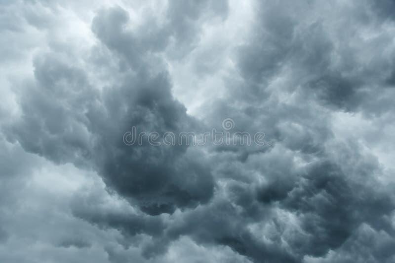 Burzowy popielaty chmurny niebo obrazy royalty free