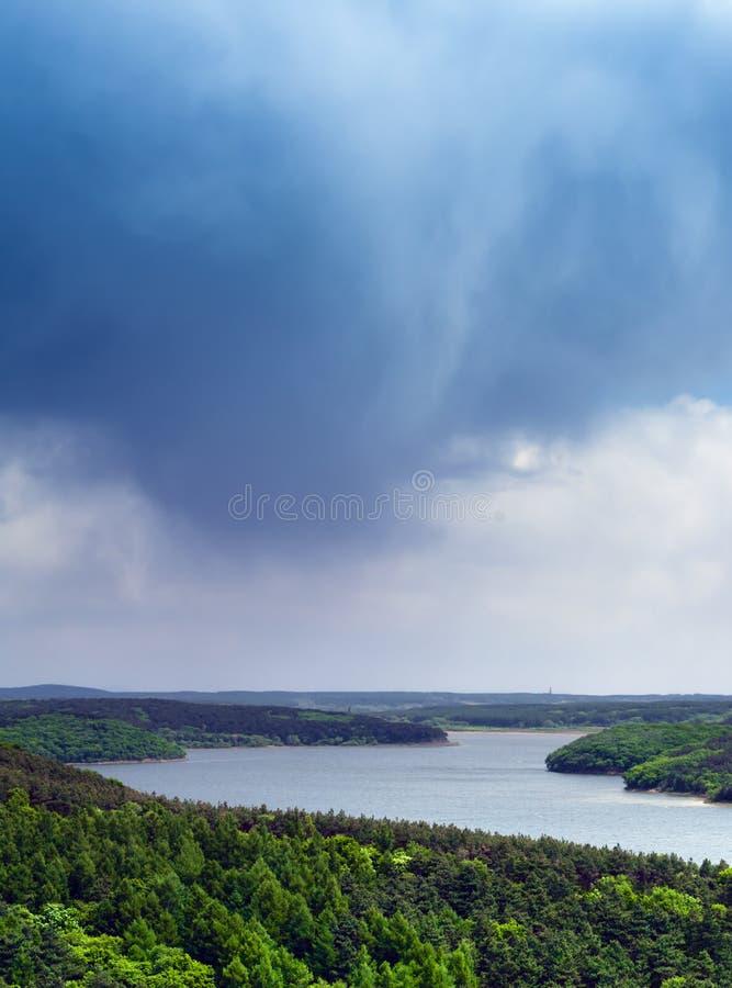 Burzy chmura na rzece obrazy royalty free