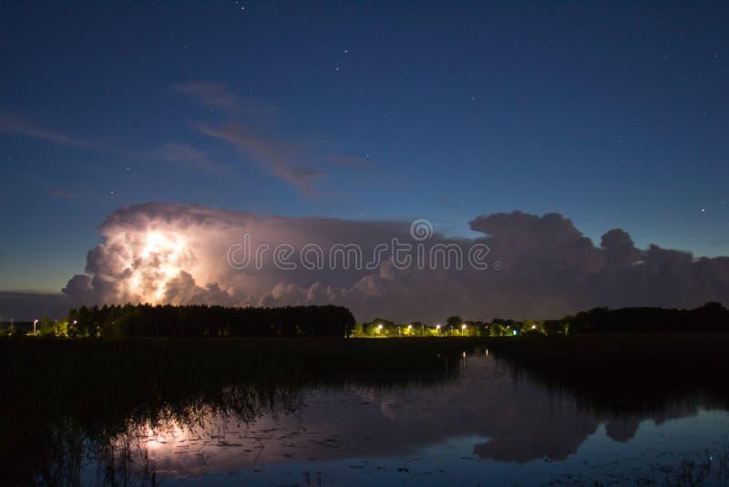 Burzy chmura wcześnie w ranku w lecie przed sunris, fotografia royalty free
