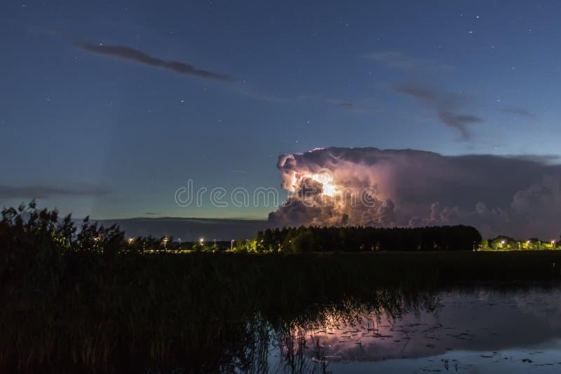 Burzy chmura wcześnie w ranku w lecie przed sunris, zdjęcie stock