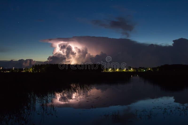 Burzy chmura wcześnie w ranku w lecie przed sunris, fotografia stock