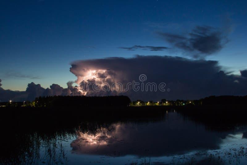 Burzy chmura wcześnie w ranku w lecie przed sunris, zdjęcia stock
