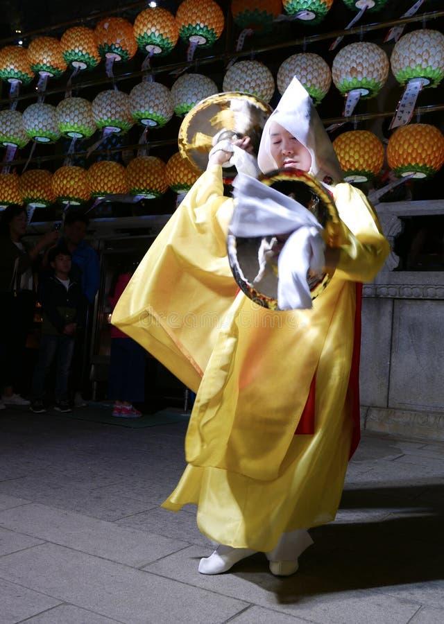 Busán, Corea 4 de mayo de 2017: Ejecutantes religiosos en el templo de Samgwangsa imagen de archivo