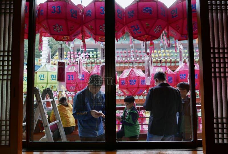 Busán, Corea 4 de mayo de 2017: Templo de Samgwangsa adornado con las linternas foto de archivo
