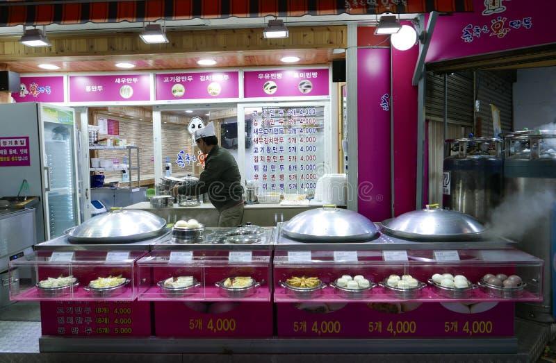 Busán, Corea 2 de mayo de 2017: Un hombre hace las bolas de masa hervida imagen de archivo