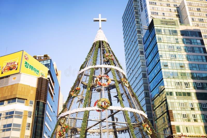 Busán, Corea del Sur, 01/01/2018: Decoración de la Navidad de la calle en la ciudad ?rbol hermoso grande fotos de archivo libres de regalías