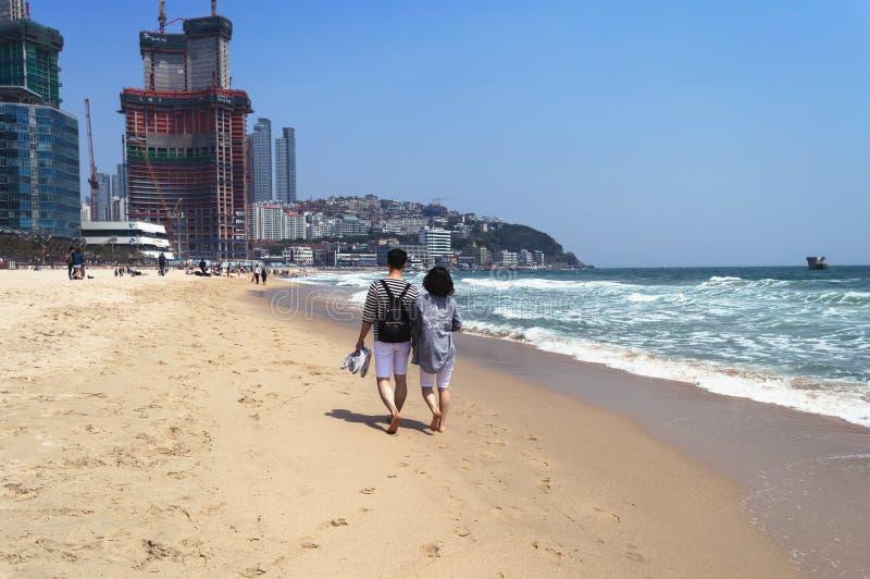 BUSÁN, COREA DEL SUR, EL 30 DE ABRIL DE 2017: Pares coreanos que caminan en la playa de Haeundae imagen de archivo libre de regalías
