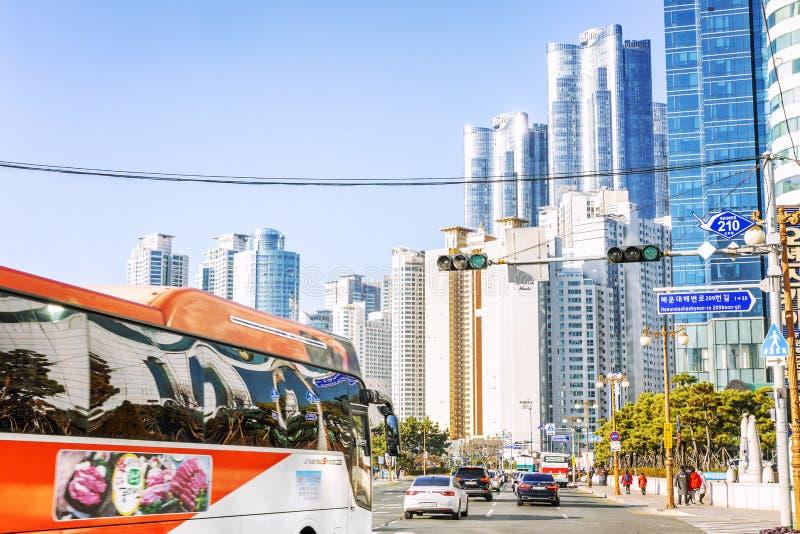 Busán, Corea del Sur, 01/01/2018: Tráfico en las calles de la ciudad Carretera a lo largo de la playa principal Paisaje hermoso fotos de archivo