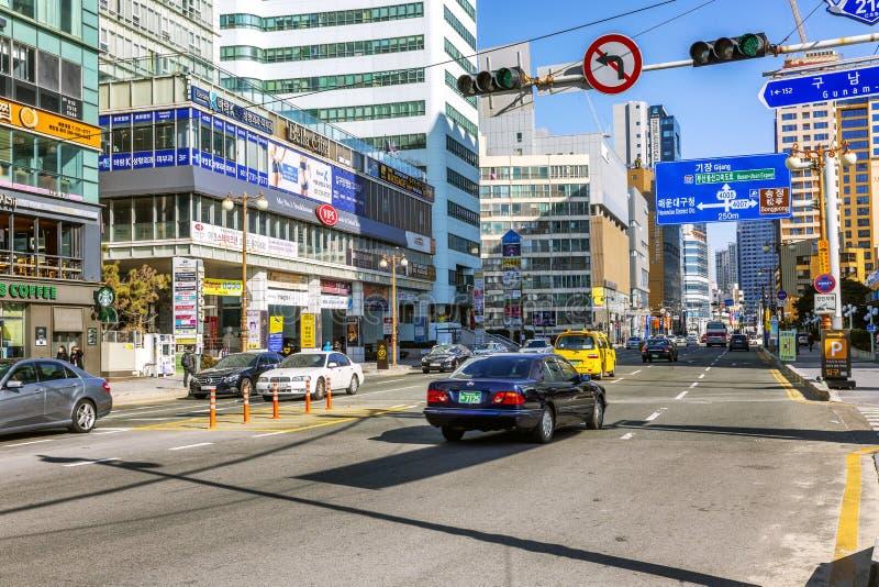 Busán, Corea del Sur, 01/01/2018: Tráfico en las calles de la ciudad Carretera a lo largo de la playa principal Paisaje hermoso fotos de archivo libres de regalías