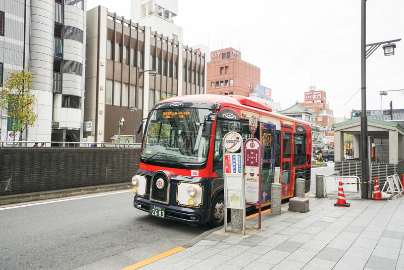 Bus alla fermata dell'autobus presa a Asakusa Giappone il 28 dicembre 2016 immagini stock