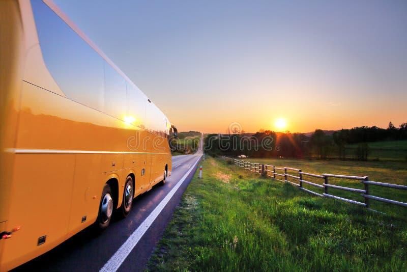 Bus auf der Straße bei Sonnenuntergang stockfotos