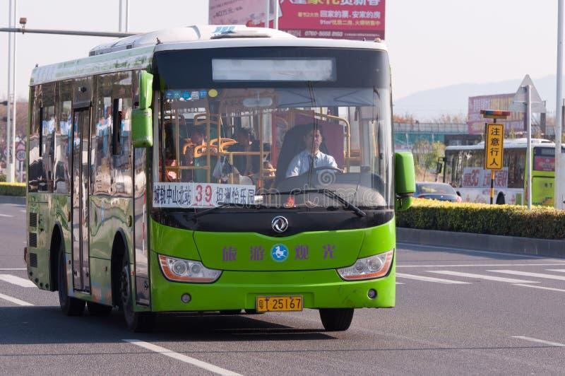 Bus croisé de ville sur la route, Chine images stock