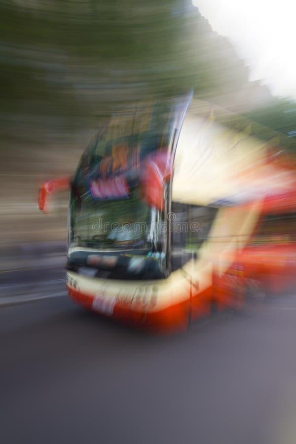 Bus d'accelerazione attraverso Londra immagini stock libere da diritti