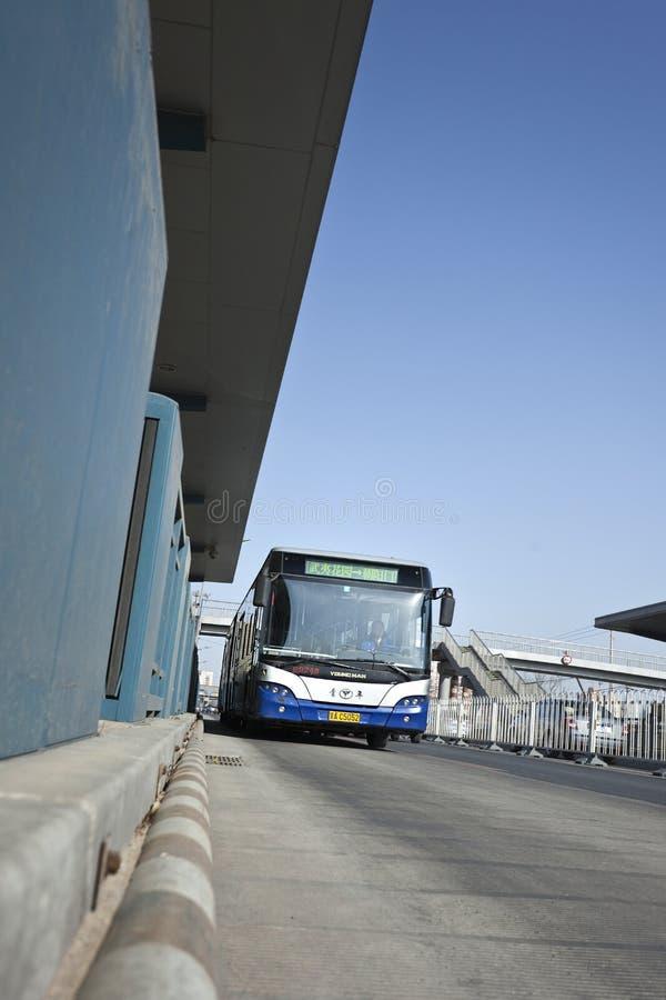 Bus d'avvicinamento su un'autostazione a Pechino, Cina fotografie stock libere da diritti