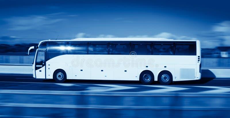 Bus dans le mouvement, monohromatic images stock