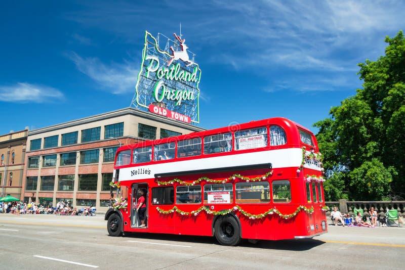 Bus in de Grote Bloemenparade van Portland royalty-vrije stock foto's